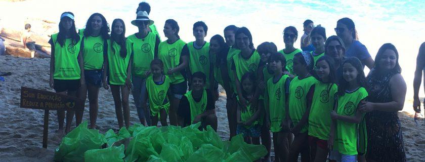 Alunos participam de 'onda verde' na praia da Sununga, em Ubatuba