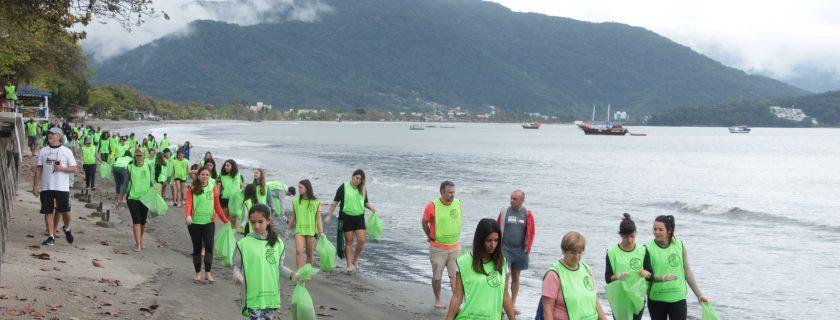 Alunos participam de 'Onda Verde' na Praia do Itaguá, em Ubatuba (SP)