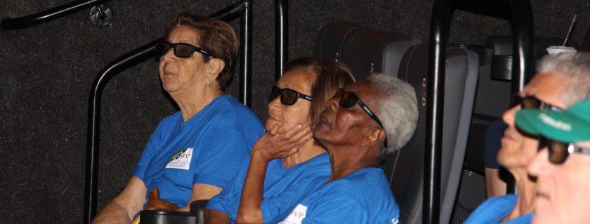 Estudantes participam de encontro no cinema com idosos do Lar São Vicente de Paulo em Pindamonhangaba