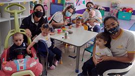 Crianças do berçário entregam mensagens de amor e respeito